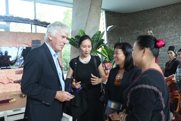 海南黎锦艺术代表团和法兰西学院院士友好交流