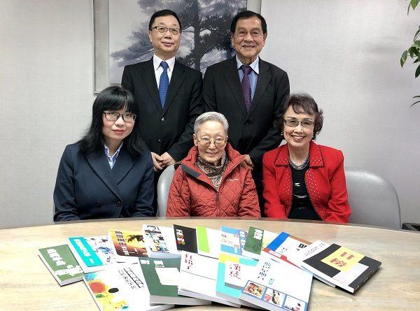 香港获益出版事业有限公司向《香港文学》赠送全套刘以鬯作品